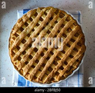 Tarte aux pommes fraîchement cuite, faite maison, posée sur le comptoir de la cuisine Banque D'Images