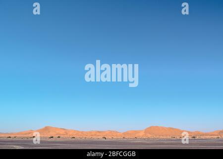 Dunes de sable du désert du Sahara avec ciel bleu vide (Maroc)