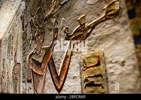 Œuvres d'art à l'intérieur de la tombe de Ramses III dans la vallée des Rois près de Louxor, en Égypte. Banque D'Images