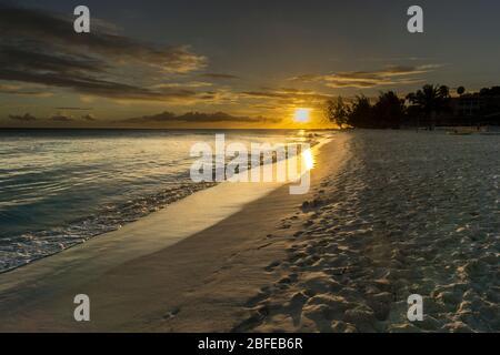 Coucher du soleil à Dover Beach, St Lawrence Gap, Côte Sud, Barbade, Caraïbes.