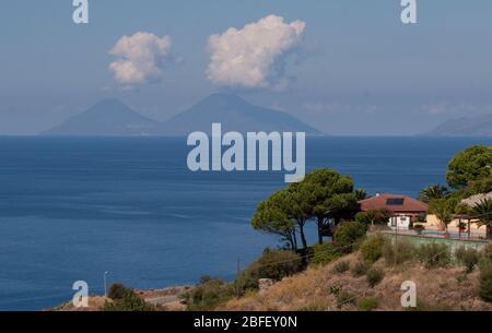 Meluso Hills, Italie, Sicile: Avec vue sur la baie de Porticello dans la journée Banque D'Images