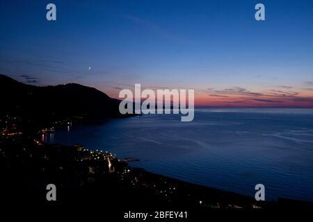 Meluso Hills, Italie, Sicile: Avec vue sur la baie de Porticello le soir Banque D'Images