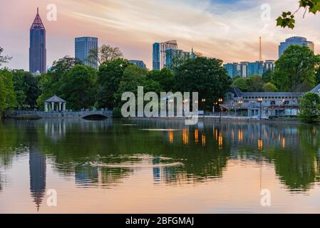 Atlanta, Géorgie au coucher du soleil sur le lac Clara Meer dans le parc du Piémont. (ÉTATS-UNIS)