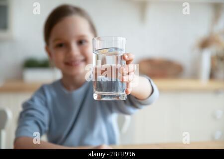 Petite fille offre eau minérale propre pour rafraîchissement du corps Banque D'Images