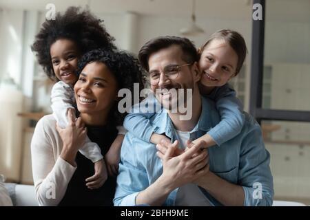 La petite fille excitée joue avec des parents affectueux à la maison Banque D'Images