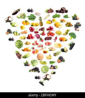 Coeur fait de divers fruits et légumes isolés sur blanc Banque D'Images