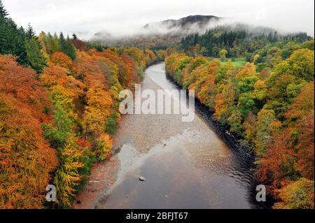 Couleurs d'automne le long de la rivière Garry dans le col de Killiecrankie, Pitlochry, Perthshire, Écosse. Banque D'Images