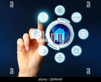 Business, Technology and Internet concept - homme d'affaires en appuyant sur le bouton sur l'écran virtuel Banque D'Images