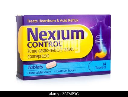 LONDRES, Royaume-Uni - 05 AVRIL 2020: Boîte de comprimés Nexium Control sur blanc. Traite les brûlures d'estomac et le reflux acide. Banque D'Images