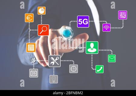 Homme d'affaires travaillant avec l'application de contrôle intelligent sur écran virtuel. Concept de technologie d'innovation. Banque D'Images