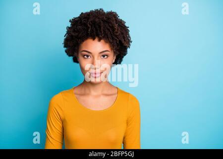 Portrait de cool charmant afro american girl ouvrier look bon vrai professionnel gestion de travail concept porter pull isolé sur fond bleu couleur Banque D'Images