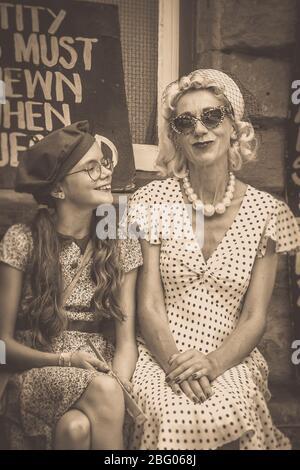 Sépia ancien et vintage proche de mère et fille à la gare de Highley, chemin de fer Severn Valley, 1940, événement d'été de guerre de la seconde Guerre mondiale, Royaume-Uni.