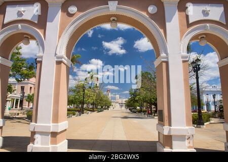 Cathédrale notre Dame de l'Immaculée conception vue par l'Arco de Triunfo, Cienfuegos, Cuba