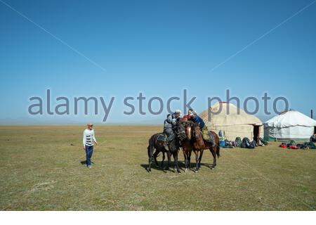 Cavaliers devant un yourte dans la chaleur de la bataille pendant un match de Kok Buro, polos de chèvre mort, à Song Kul au Kirghizstan Banque D'Images