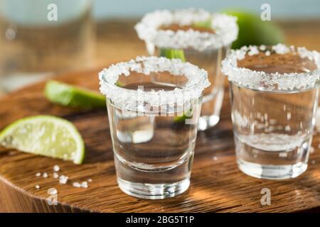 Prises de Tequila alcoolisées avec citron vert et sel