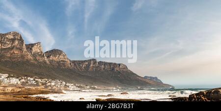 Camps Bay (Cape Town), Soutch Afrique avec un ciel fantastique du Banque D'Images