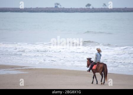 Femme à cheval sur la plage fond mer à Hua Hin Beach , Prachuap Khiri Khan en Thaïlande. 15 mars 2020. Banque D'Images