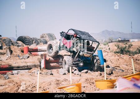Les véhicules tout-terrain traversent un goure d'obstacle Banque D'Images