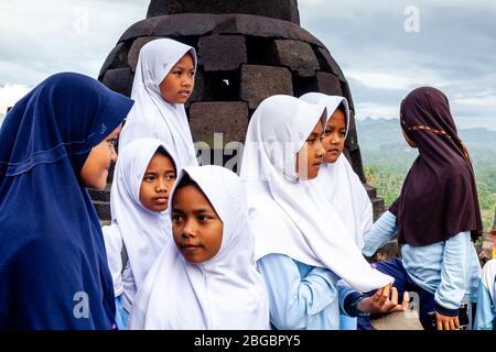 Un groupe d'écoliers indonésiens visitant le temple de Borobudur, Yogyakarta, Java centrale, Indonésie Banque D'Images