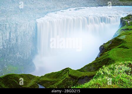 La cascade la plus puissante en Europe - cascade Dettifoss, nord de l'Islande, l'arrière-plan de déplacement naturel Banque D'Images