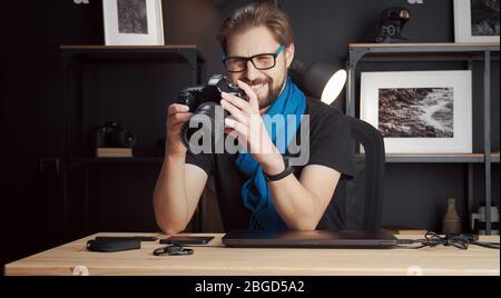 Photographe examinant des photos dans l'appareil photo