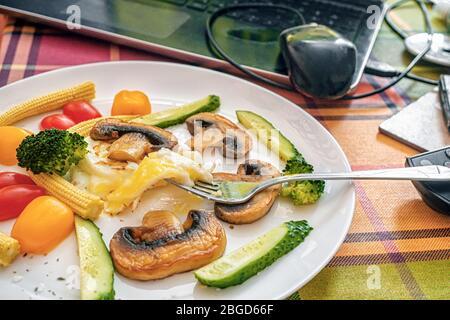 Petit déjeuner anglais à faible teneur en calories Benoît œufs avec champignons frits, brocoli et mini-légumes. Restez à la maison et faites cuire. Banque D'Images