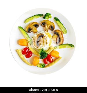 Petit déjeuner anglais à faible teneur en calories Benoît œufs avec champignons frits, brocoli et mini-légumes. Restez à la maison et faites cuire. Vue de dessus. Banque D'Images