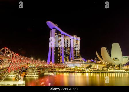 SINGAPOUR - 2018 19 AVRIL : le sable de la baie de marina avec des couleurs du spectacle de lumière presque