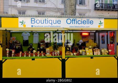 Stands vendant des produits à base de citrons pendant le festival de citron de Menton dans le sud de la France
