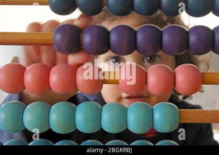 Petite fille (03 ans) comptant sur Abacus. Concept d'apprentissage. Des gens réels. Espace de copie