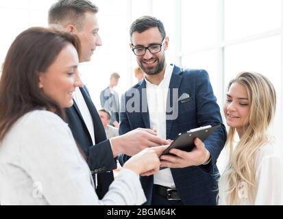 gros plan. image du groupe d'employés sur le lieu de travail