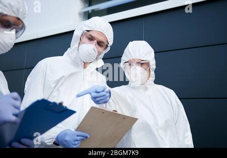 Groupe de techniciens recherchant des examens médicaux Banque D'Images