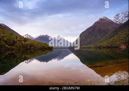 Lake Gunn, Fiordland, Nouvelle-Zélande. Paysage pittoresque, sur une montagne reflète dans l'eau claire d'un lac. Banque D'Images