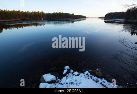 Lac Niinivesi commence à geler à l'hiver, en Finlande Banque D'Images