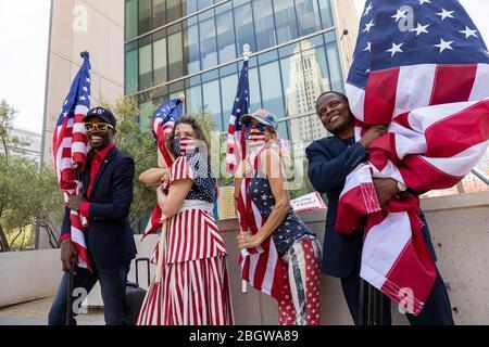 Los Angeles, États-Unis. 22 avril 2020. Un petit groupe de manifestants pro-Trump appelle les responsables de Los Angeles City à rouvrir Los Angeles. 4/22/2020 Centre-ville de Los Angeles, CA USA (photo de Ted Soqui/SIPA USA) crédit: SIPA USA/Alay Live News Banque D'Images