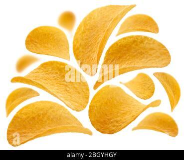 Les chips de pommes de terre sont levitate sur un fond blanc Banque D'Images