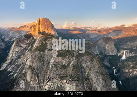 Le pic du demi-dôme et la chute d'eau de Yosemite Falls, comme on l'a vu De Glacier point au coucher du soleil