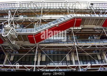 Vue extérieure du Centre Pompidou depuis la rue voisine avec détails d'architecture moderne. Paris, France. 12 août 2018. Banque D'Images