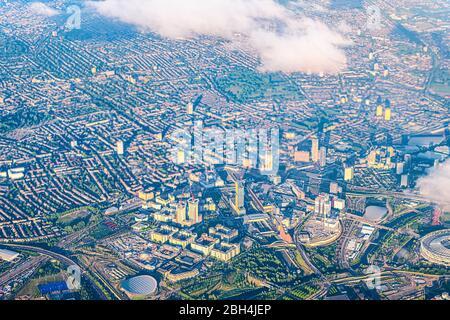 Vue aérienne à angle élevé au-dessus de l'œil d'oiseau depuis l'avion au-dessus de Stratford City à Londres au Royaume-Uni avec des maisons en terrasses et des bâtiments de paysage urbain Banque D'Images