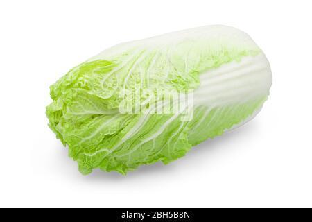 Une tête de chou chinois biologique frais sur fond blanc isolé avec chemin de découpe. Le chou chinois a des hydrates de carbone et des fibres si croustillantes swe Banque D'Images