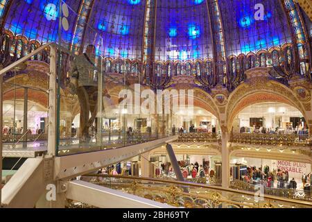 PARIS - 6 NOVEMBRE 2019 : intérieur des Galeries Lafayette avec installation de Glasswalk à Paris Banque D'Images