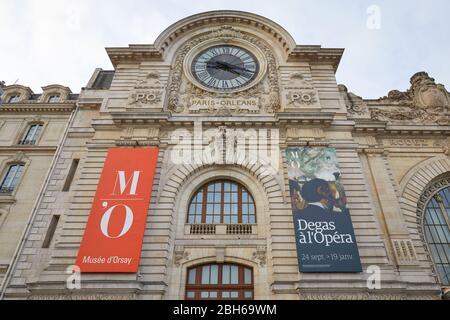 PARIS, FRANCE - 8 NOVEMBRE 2019 : façade du musée de la Gare d'Orsay ou d'Orsay en journée nuageux à Paris Banque D'Images