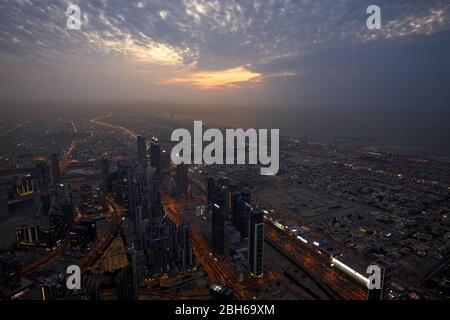 DUBAÏ, EMIRATS ARABES UNIS - 19 NOVEMBRE 2019 : Dubaï a illuminé la ville vue de haut-angle avec gratte-ciel au crépuscule depuis Burj Khalifa