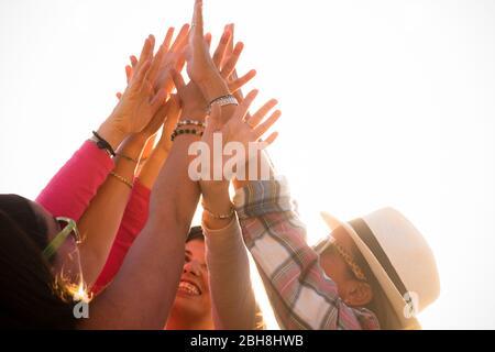 Victoire réussie et concept de travail d'équipe avec groupe de jeunes filles gentilles amis donnant les mains ensemble au ciel sur un fond blanc clair - bonheur et amitié pour le concept de personnes d'équipe