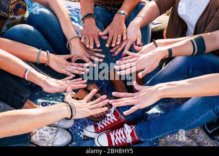 Vue rapprochée des gens qui se rassemblent. Amis avec pile de mains montrant unité et travail d'équipe - caucasien l'amitié - hipster style décontracté - diversité âges Banque D'Images