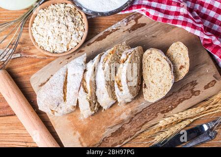 Pain traditionnel fraîchement cuit sur du pain de flocons d'avoine de table en bois