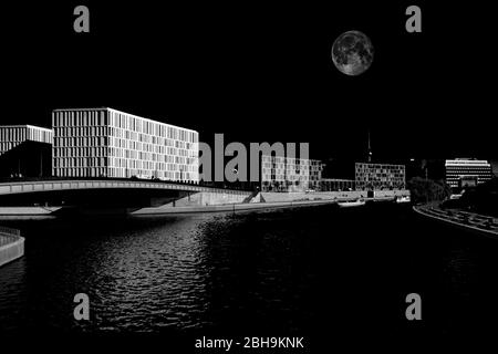Vue sur la Spree à Berlin, avec lune insérée Banque D'Images