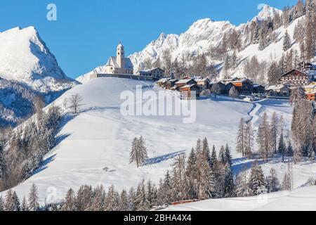 Colle Santa Lucia à Agordino, le village avec l'église sur la colline, Dolomites, Belluno, Vénétie, Italie Banque D'Images