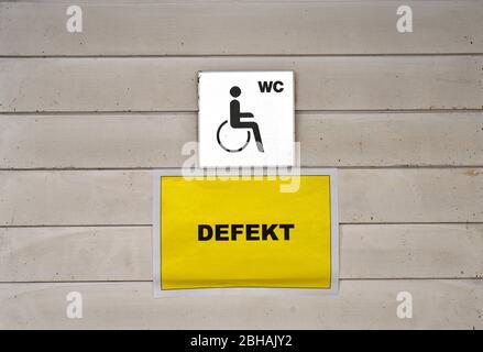 Panneau toilettes pour personnes handicapées, cassé, quartier Spandau, Berlin, Allemagne Banque D'Images