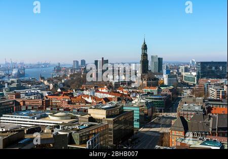 Allemagne, Hambourg, vue de la tour de l'église ruine Saint Nikolai à l'église Saint Michaelis et les tours de danse. Banque D'Images